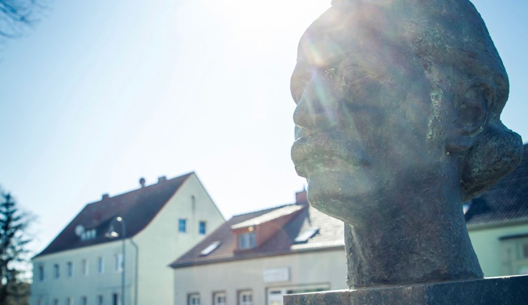 This bronze bust of Theodor Fontane stands outside what was his father's pharmacy in Letschin. The author's gaze is directed at the building.