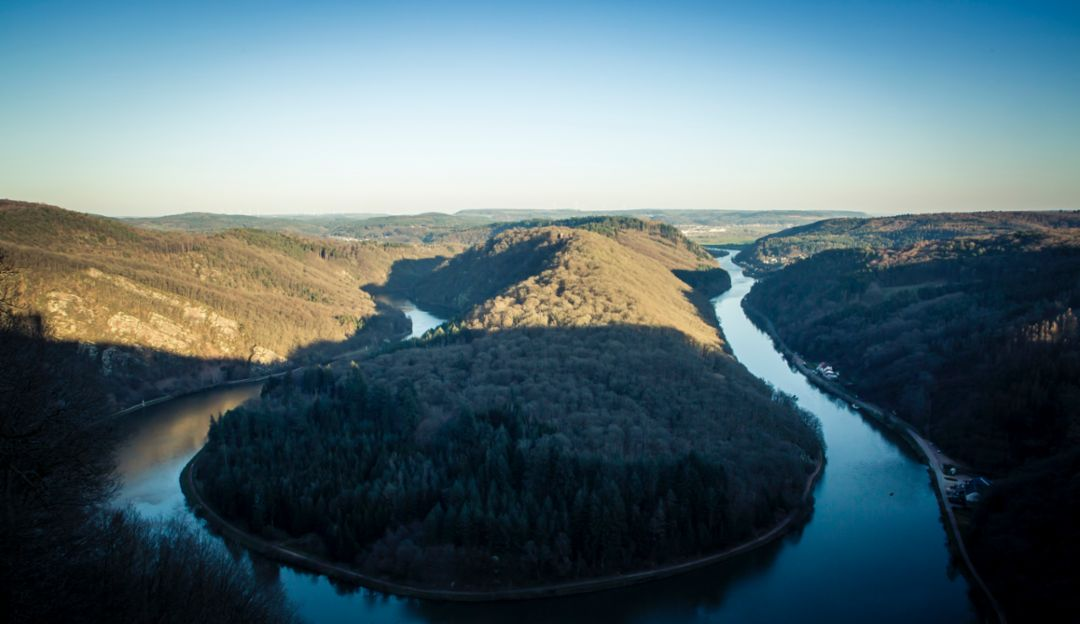 Right in time for the next sunset we reach Cloef, a 180-meter-high observation area overlooking the Great Bend in the Saar River. The 180-degree bend is the landmark of Saarland, Germany's smallest state, which was named after the river.