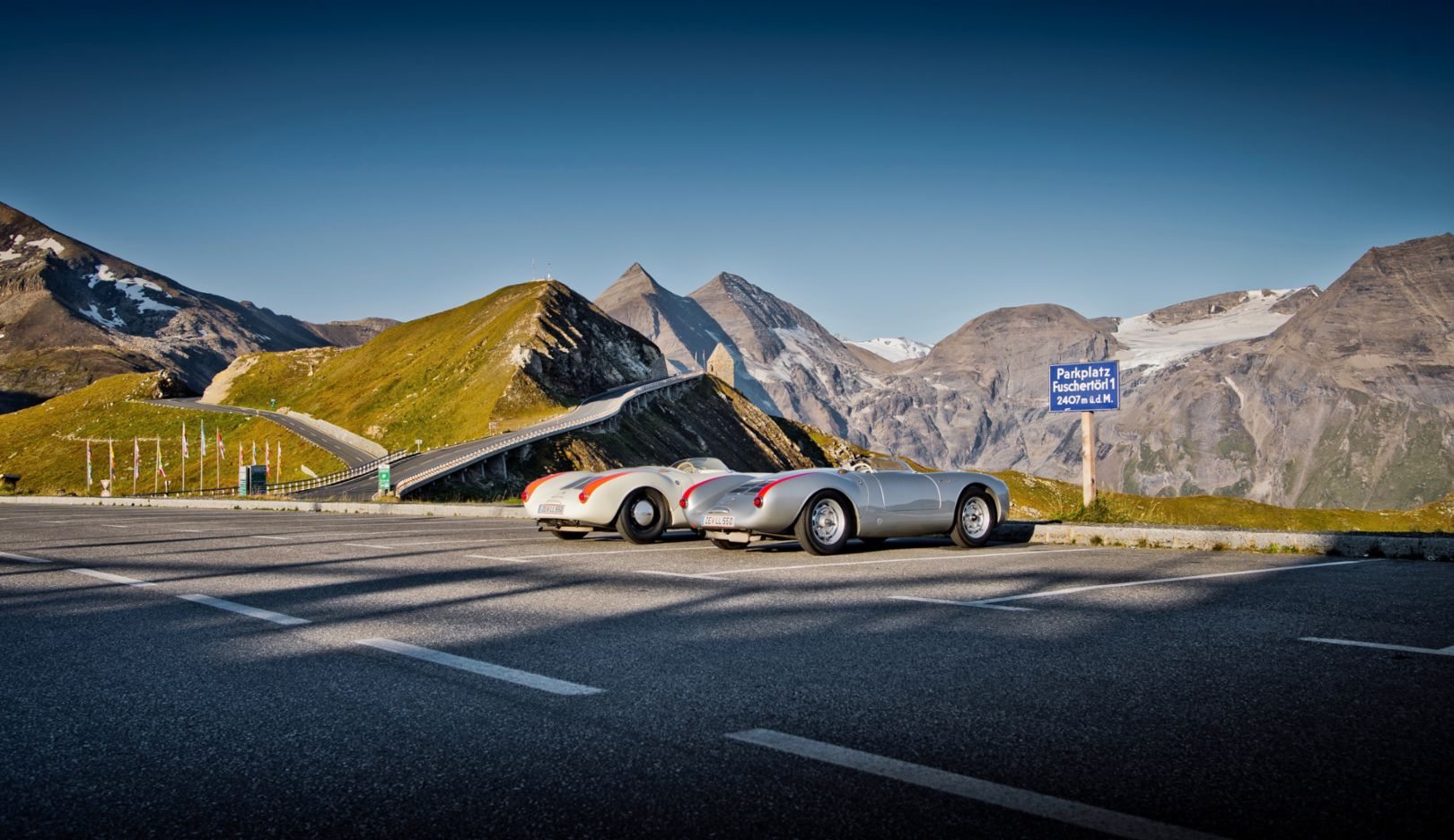 The cul-de-sac at the Fuschertörl branches off to the Edelweißspitze. The two Porsche 550s have already come a long way, but their upwards journey still has about 170 meters to go.