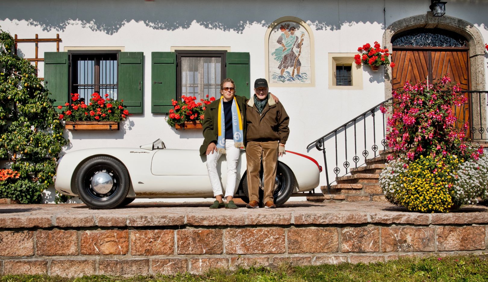 Unity of the generations: Ferdinand and his father Wolfgang Porsche after the drive, arm in arm in front of Schüttgut, the Porsche family's haven of tranquility.