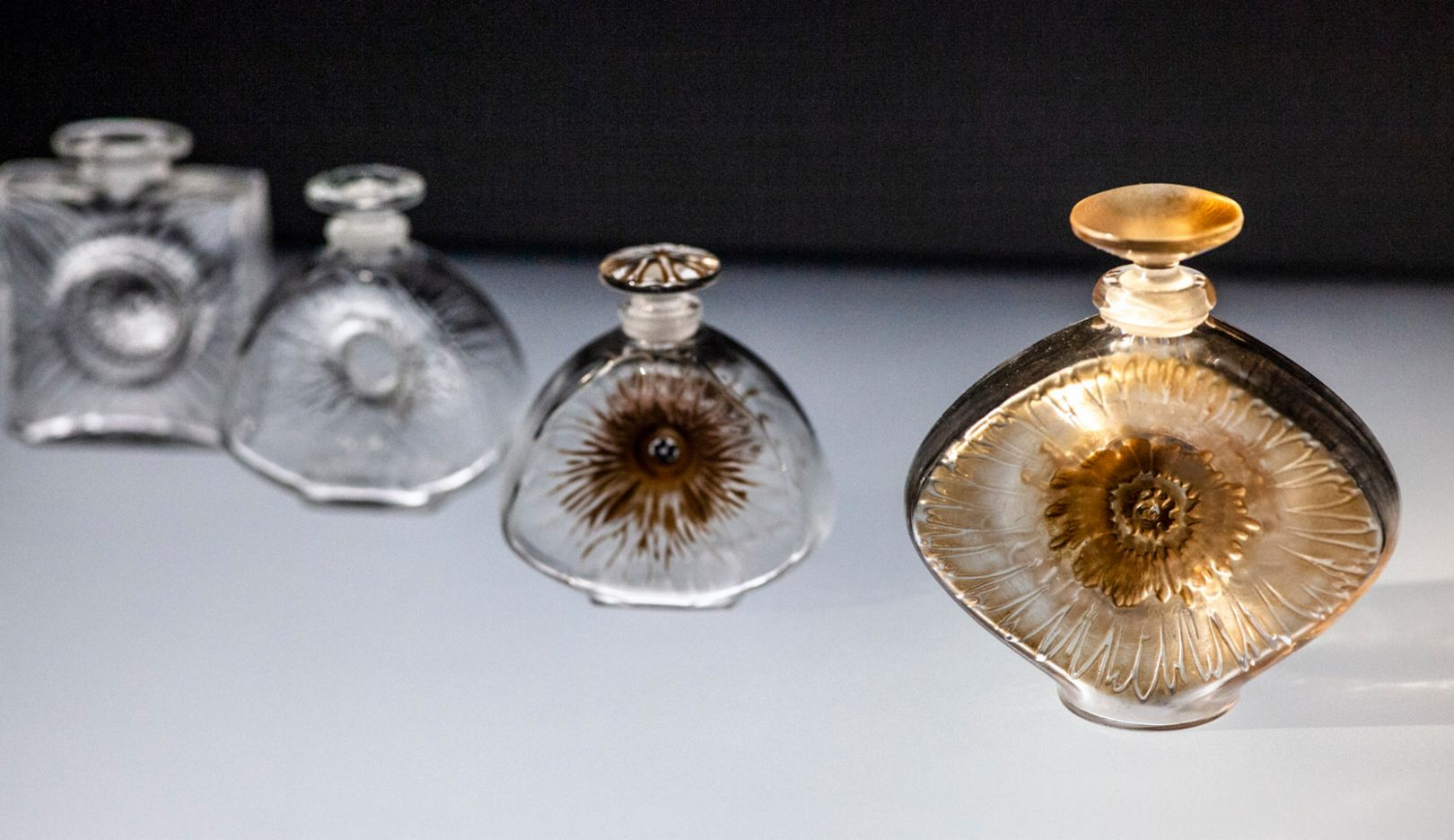 René Lalique revolutionised flacon production, and his innovations were copied accordingly, which is why he tried to protect himself with his first patents in 1911 and 1912. This collection from 1911 is one of them. From left to right, the classic box shape of Dahlia changes via Fleur and Althéa to a stylised eye: the blossom becomes a shimmering iris.