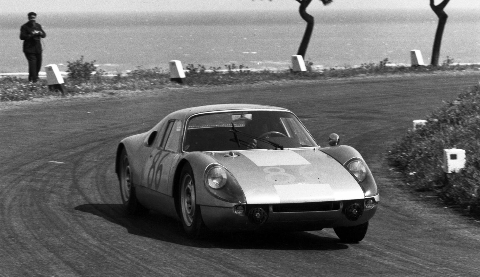 In the 1964 Targa Florio, the race car with the number 86 made it to the top of the overall ranking. The winners sitting inside were Colin Davis und Baron Antonio Pucci.